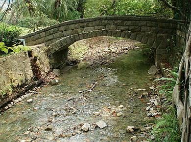 例如北投公园的喷水池,石拱桥