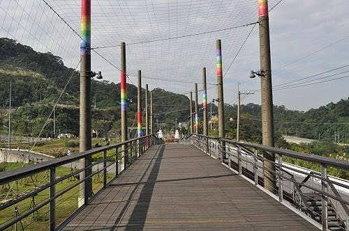 眺望天廊,利用废弃的彩绘电线杆做为结构支柱.图片